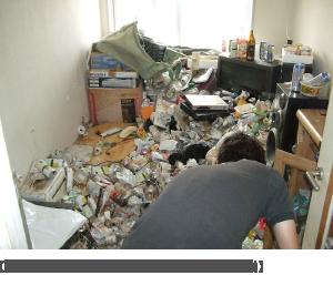 【消臭前の悪臭の強いごみ屋敷の片付け作業】